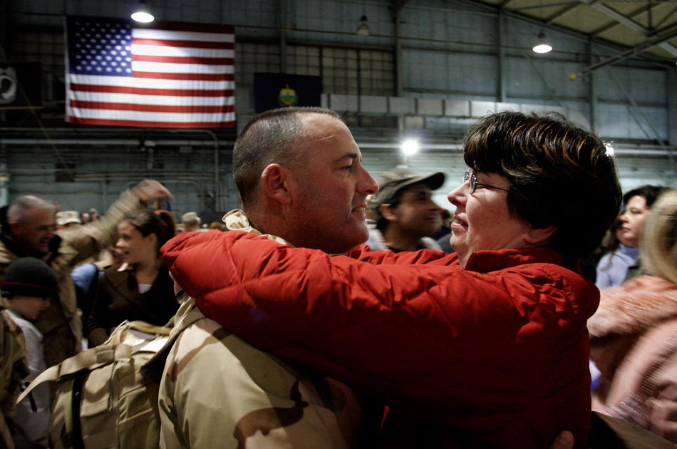 husband-wife-welcome-home-national-guard-middle-east-valley-news